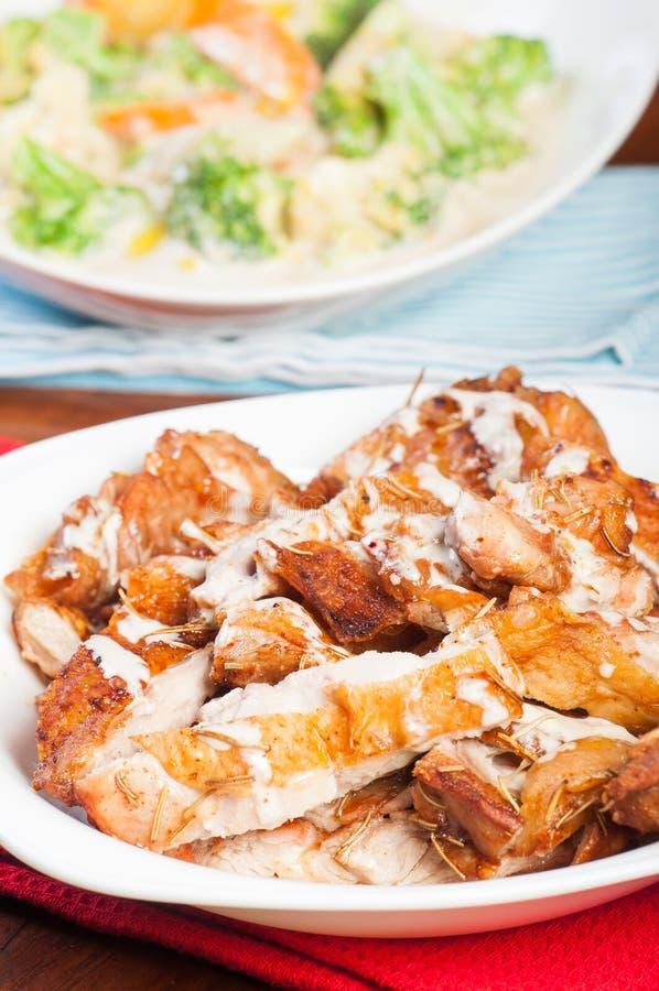 Зажаренный в духовке цыпленк цыпленок с соусом трюфеля cream стоковая фотография