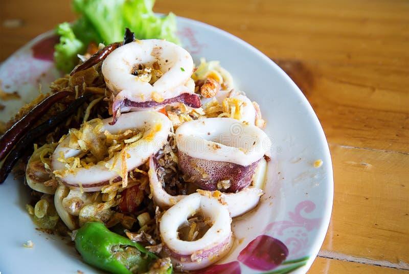 Зажаренный кальмар с затиром сливк креветки, местной едой тайской стоковая фотография
