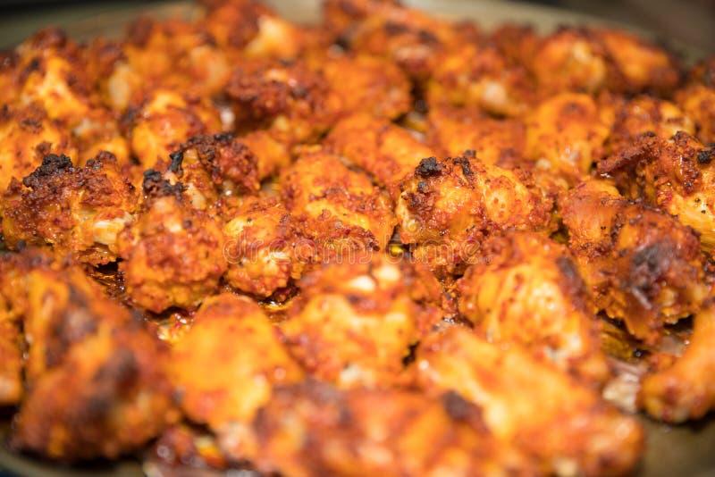 Зажаренный крупный план еды крылов цыпленка стоковое изображение rf