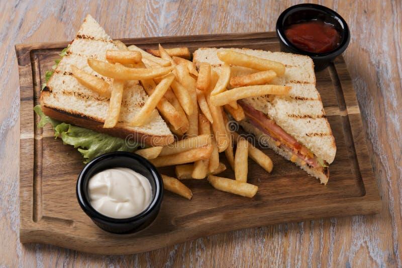 Зажаренный сандвич с сыром и французом ветчины томата жарит на доске с соусом стоковые изображения