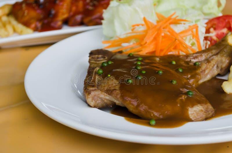 Зажаренный салат стейка и овоща стоковые фото