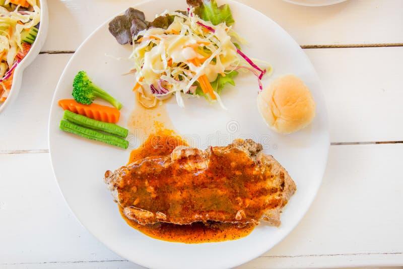 Зажаренный салат стейков, хлеба и овоща стоковая фотография