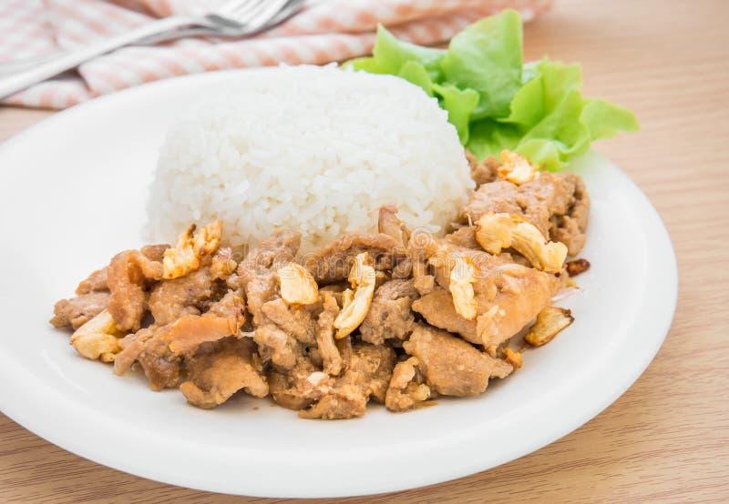 Зажаренный свинина с чесноком и перцем на рисе, тайском стиле еды стоковые фото