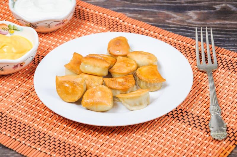 Зажаренный соус вареников, сметаны и сыра стоковые фотографии rf