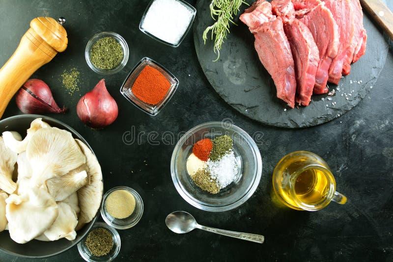 Зажаренный стейк говядины с грибами устрицы - очень вкусная еда диеты keto с фото всеми подготовки стоковое изображение