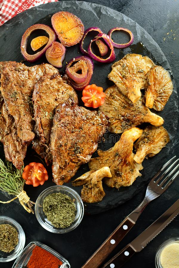 Зажаренный стейк говядины с грибами устрицы - очень вкусная еда диеты keto с фото всеми подготовки стоковая фотография rf