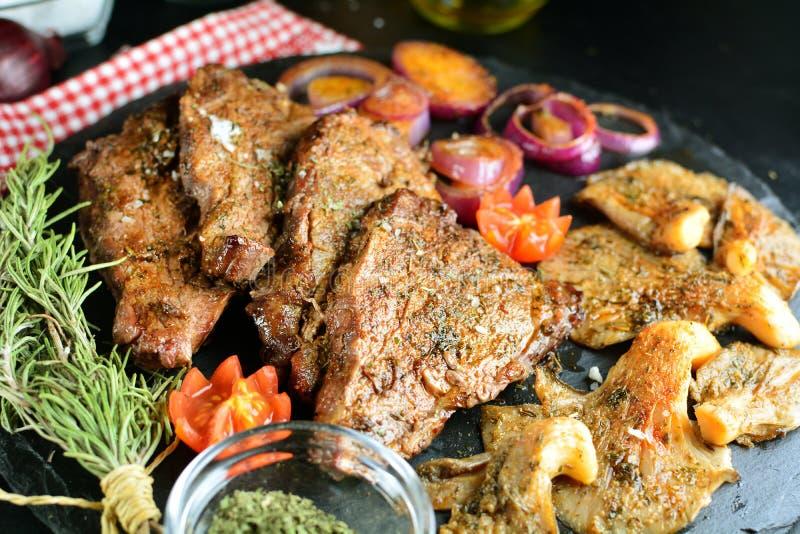 Зажаренный стейк говядины с грибами устрицы - очень вкусная еда диеты keto с фото всеми подготовки стоковые изображения