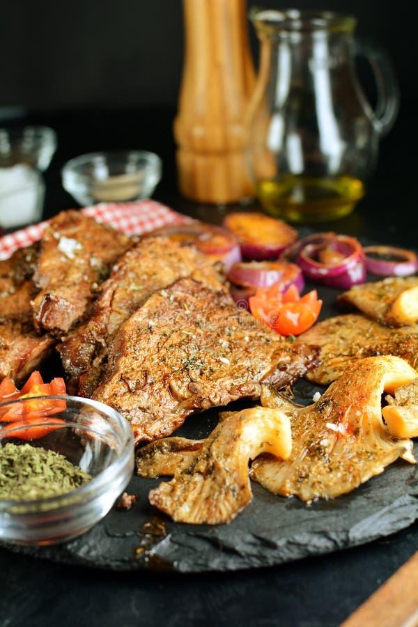 Зажаренный стейк говядины с грибами устрицы - очень вкусная еда диеты keto с фото всеми подготовки стоковое фото