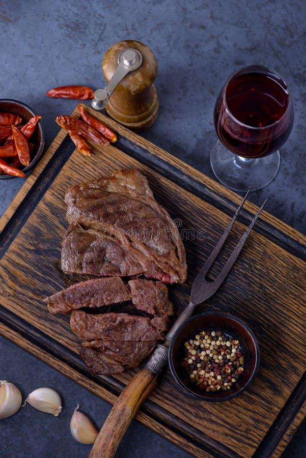 Зажаренный стейк говядины striploin с бокалом стоковая фотография rf