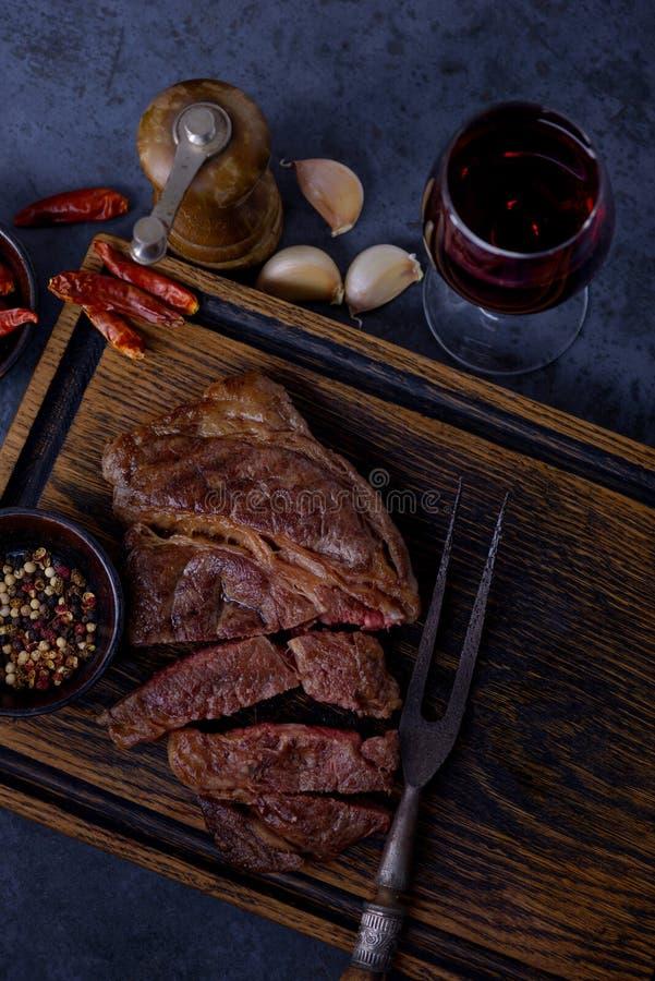 Зажаренный стейк говядины striploin с красным вином стоковое фото