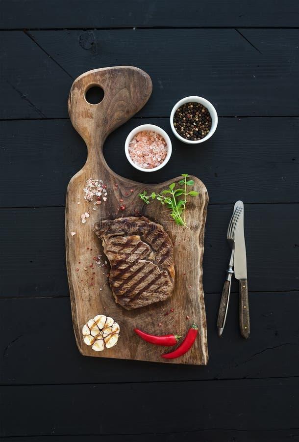 Зажаренный стейк говядины ribeye с травами и специями дальше стоковые фото