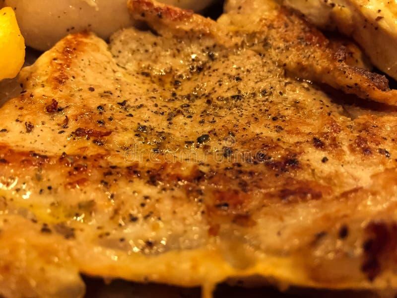 Зажаренный стейк свиной отбивной с соусом подливки, там французский картофель фри и соус салата со сливками на гарнирах стоковое фото
