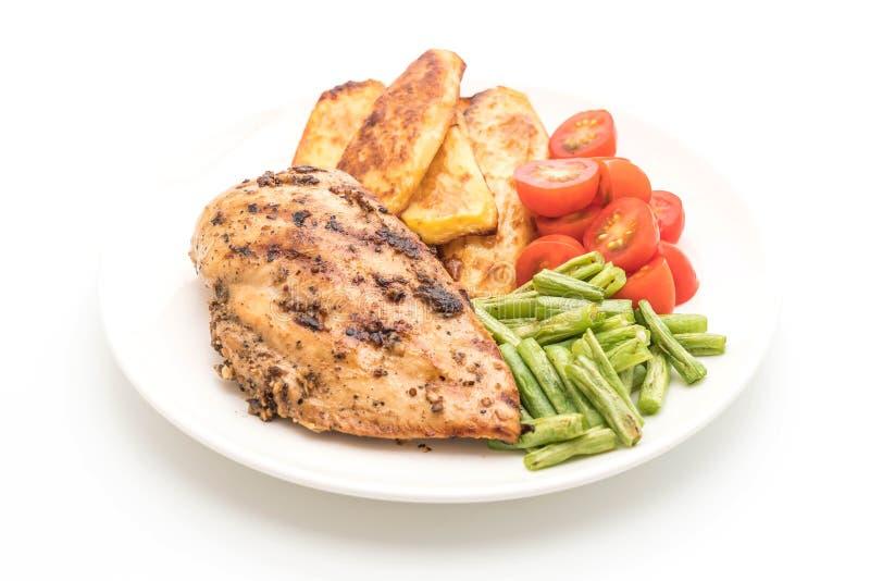 зажаренный стейк цыпленка с томатами картошек и зелеными фасолями стоковая фотография