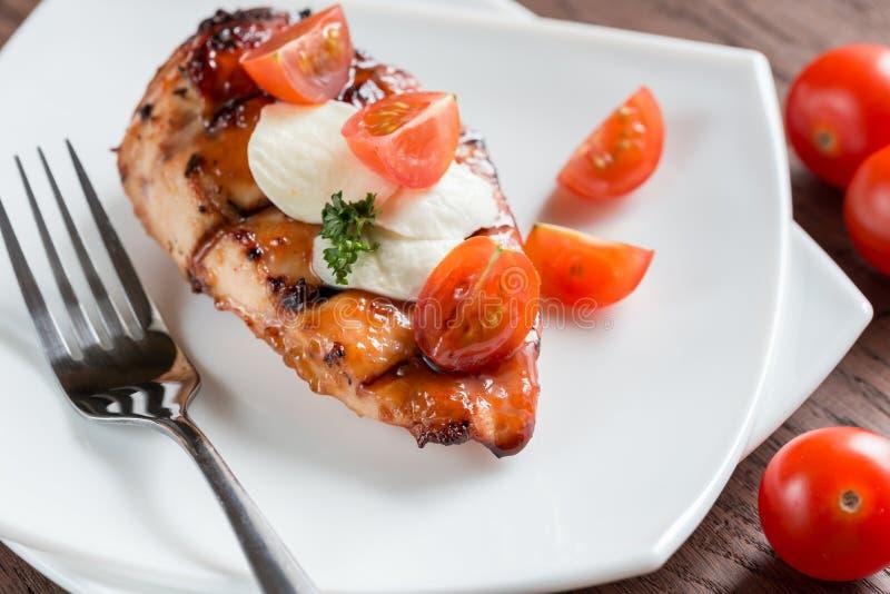 Зажаренный стейк цыпленка с томатами моццареллы и вишни стоковые изображения rf
