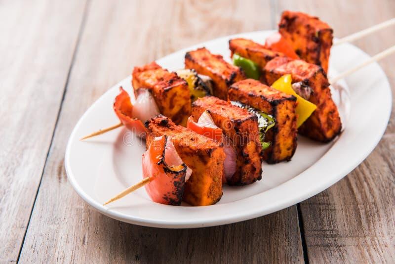 Зажаренный творог или также как paneer Paneer Tikka Kebab или paneer или чили chili или paneer tandoori в Индии Индии, баре стоковое фото