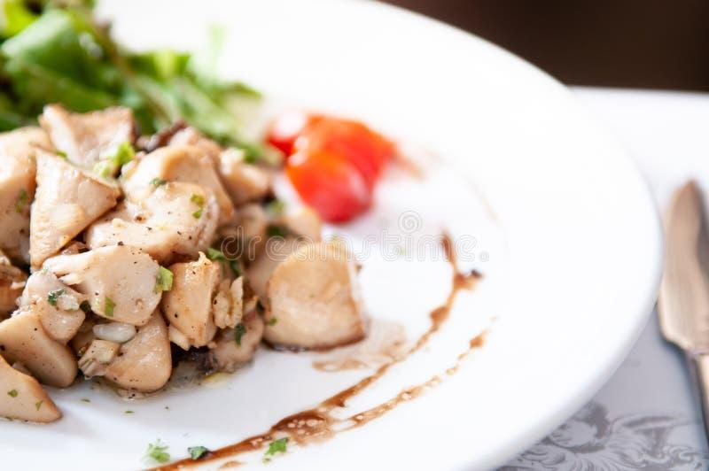 Зажаренный цыпленок с зеленым салатом и бальзамической шлихтой стоковые изображения rf