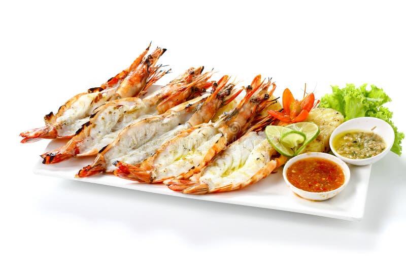 Зажаренный 5 черным креветкам тигра с кипеть картошками, куску известки, овощам томата свежим и соусу морепродуктов 2 chili на бе стоковые фотографии rf