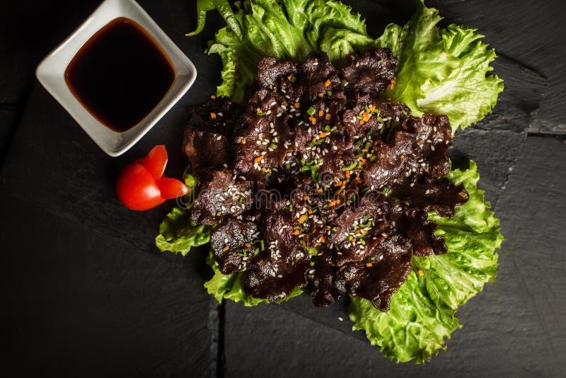 Зажаренный язык с соевым соусом и салатом еда традиционная Ресторан стоковые фотографии rf
