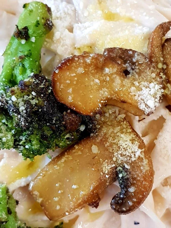 Зажаренный fettuccine alfredo грибов брокколи sauteed стоковая фотография