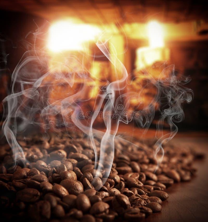 Зажарено в духовке испаряющся кофейные зерна стоковое изображение rf
