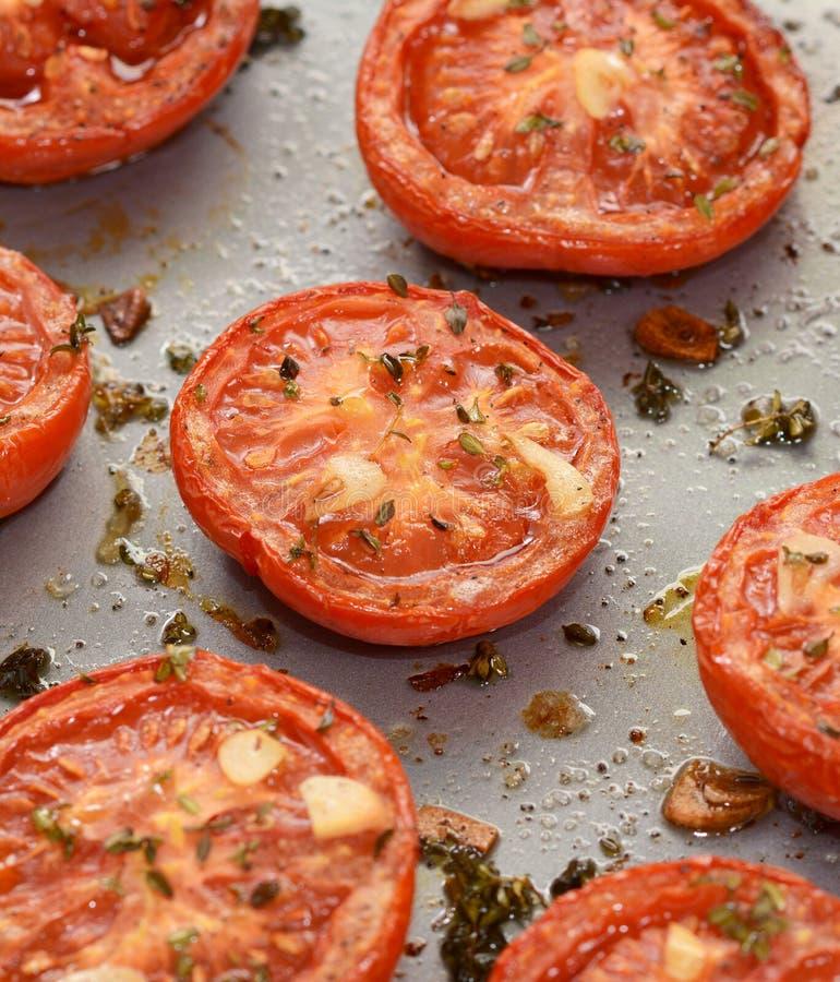Зажарьте в духовке томаты, закалённые с тимианом и чесноком стоковая фотография rf