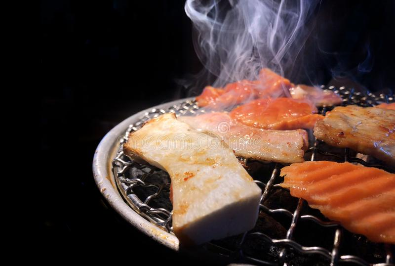 Зажарьте свинину на горячем угле в японской еде стоковые фото