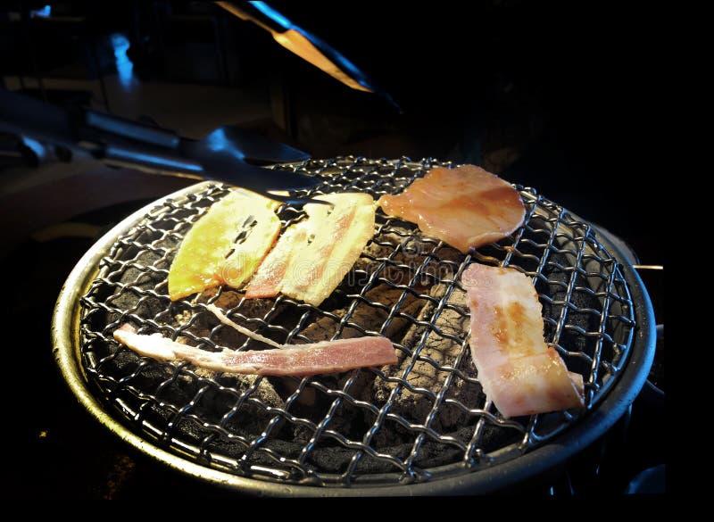 Зажарьте свинину на горячем угле в японской еде стоковые изображения rf