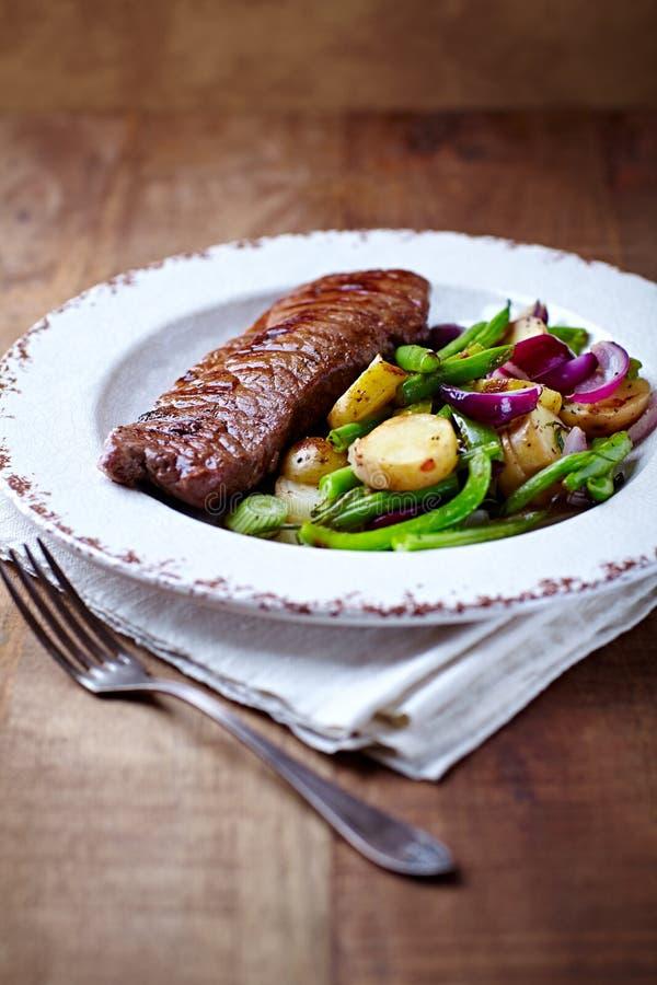 зажженные говядиной овощи стейка стоковое изображение