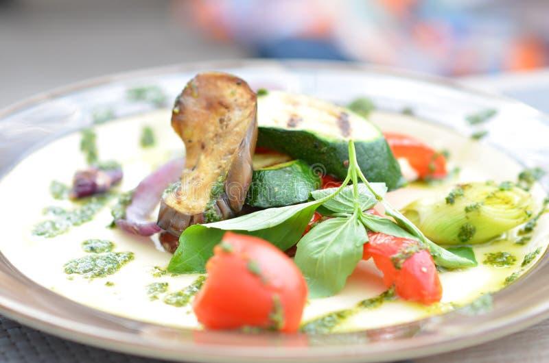 Download зажженные овощи плиты стоковое изображение. изображение насчитывающей еда - 40581959