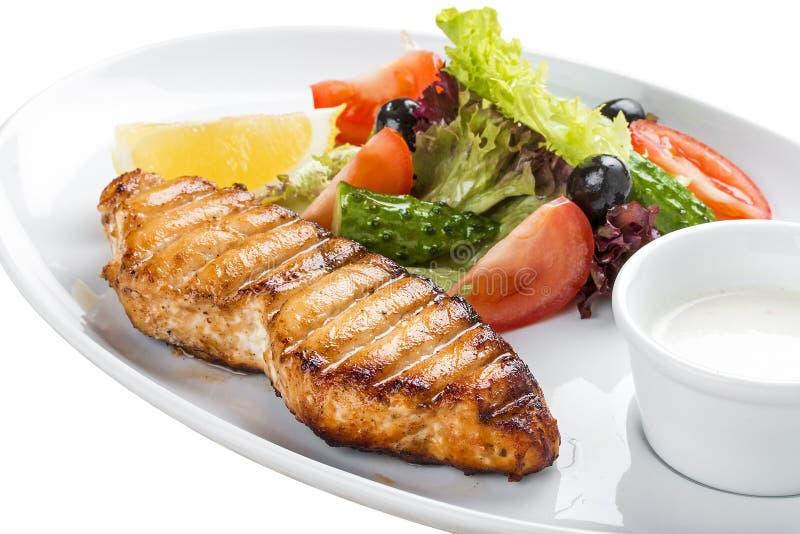 зажженные овощи salmon стейка На белой плите стоковое фото
