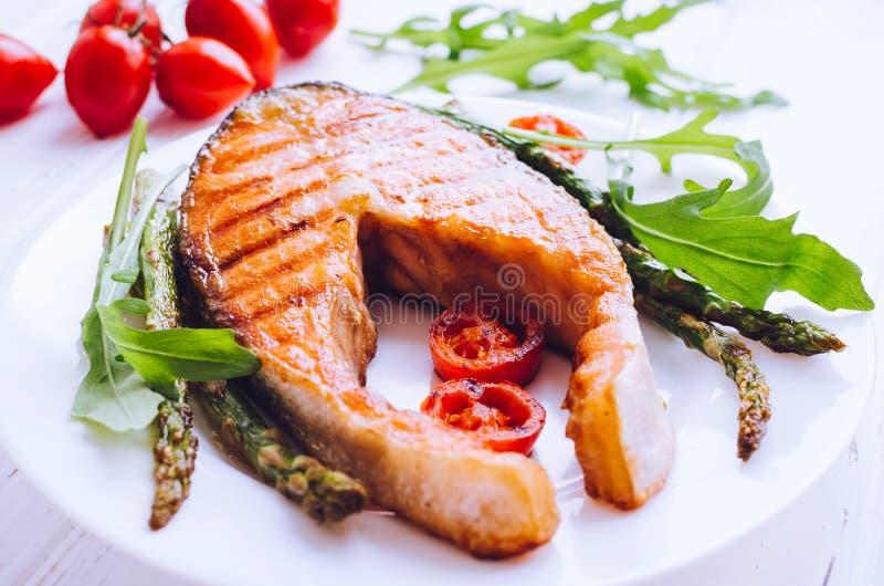 зажженные овощи salmon стейка стоковые фото