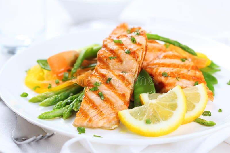 зажженные salmon овощи стоковое изображение rf