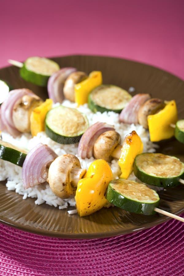 зажженный овощ shish kebobs стоковые изображения rf
