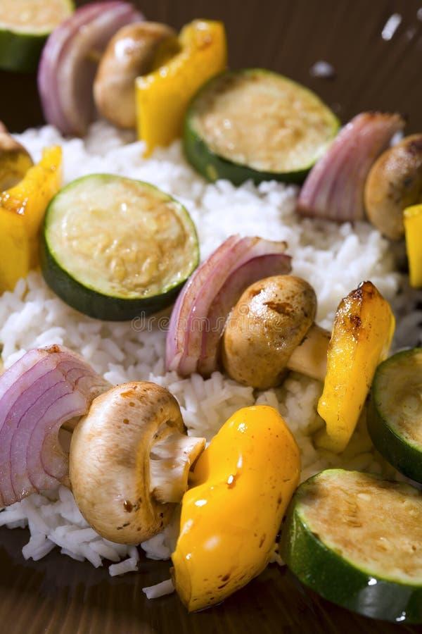 зажженный овощ shish kebobs стоковое изображение