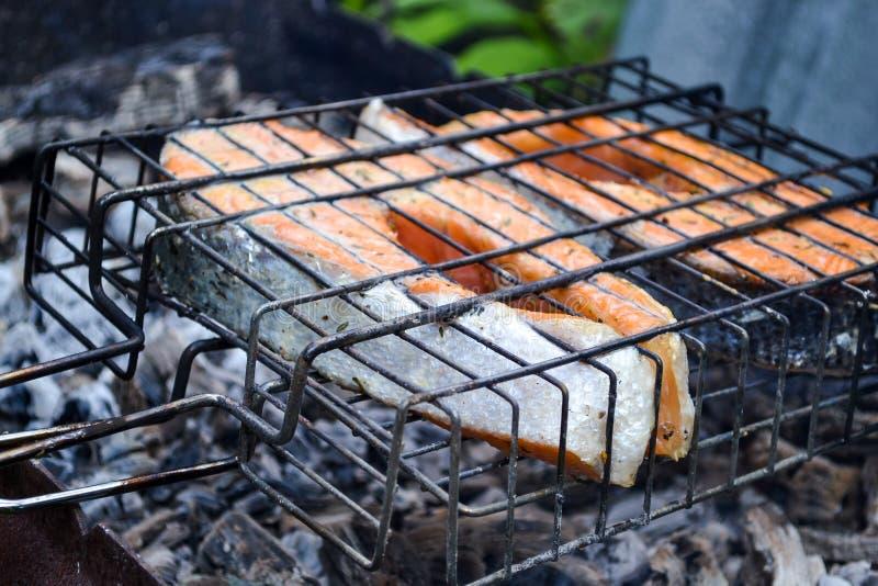 зажженный salmon стейк Решетка, угли, дым стоковое фото