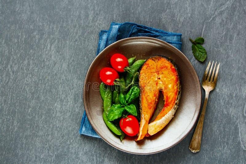 зажженный salmon стейк стоковые фото