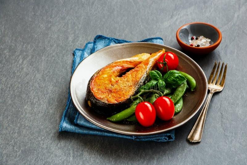 зажженный salmon стейк стоковая фотография rf