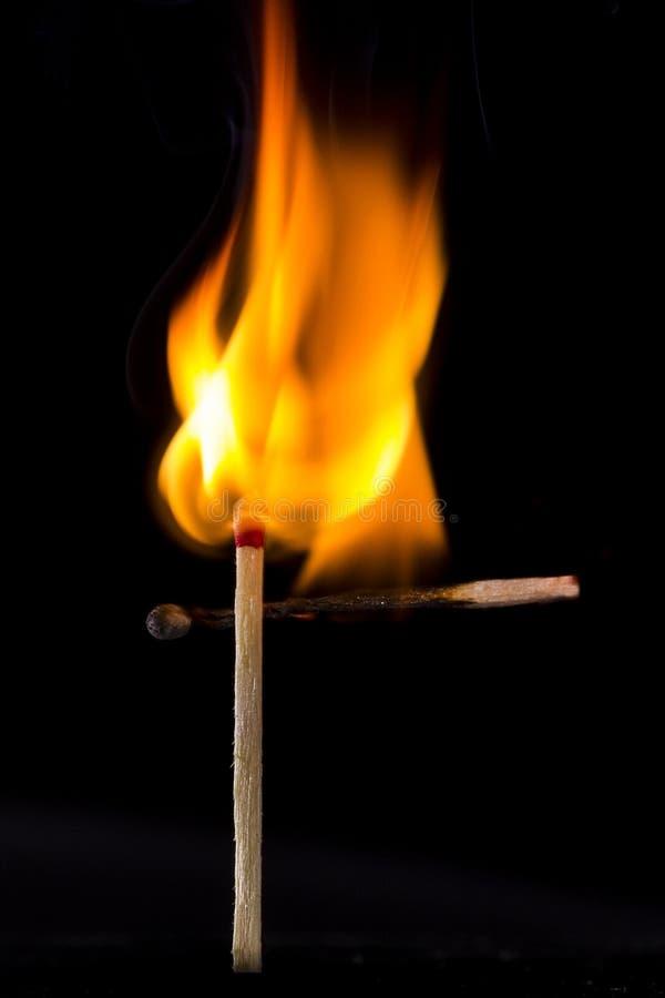Зажигание спички на черноте стоковое изображение rf