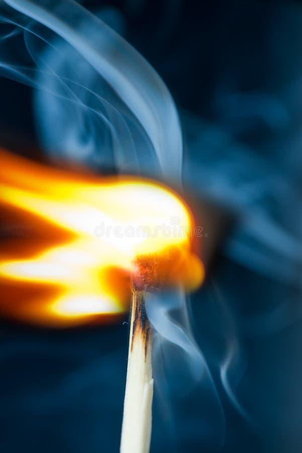 Зажигание спички с дымом стоковые фотографии rf