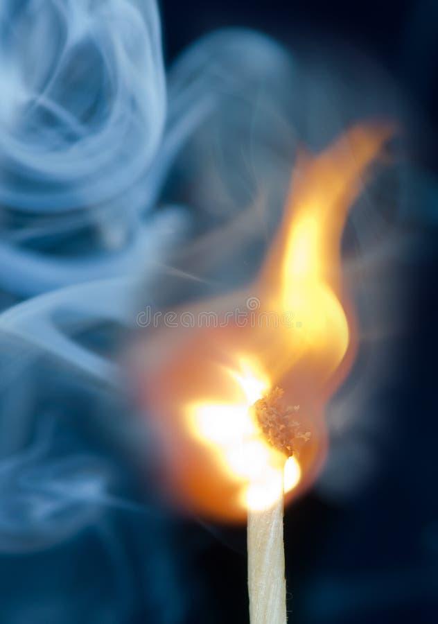 Зажигание спички с дымом стоковое фото