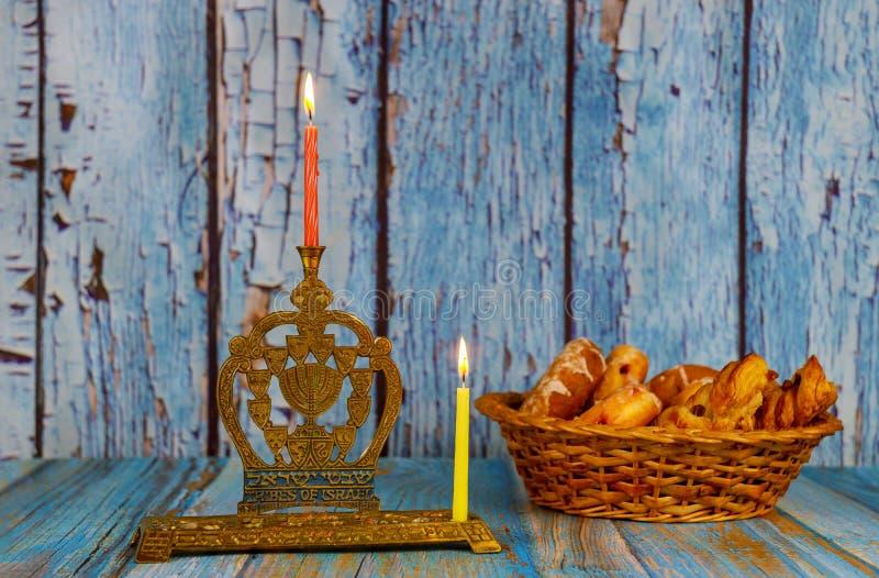 зажигать первую свечу на ханукахоф горящей свечки чануки со свечами менора стоковое фото rf