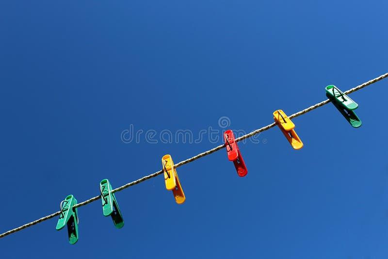 Зажимка для белья для исправлять прачечная к безоблачному небу стоковая фотография rf