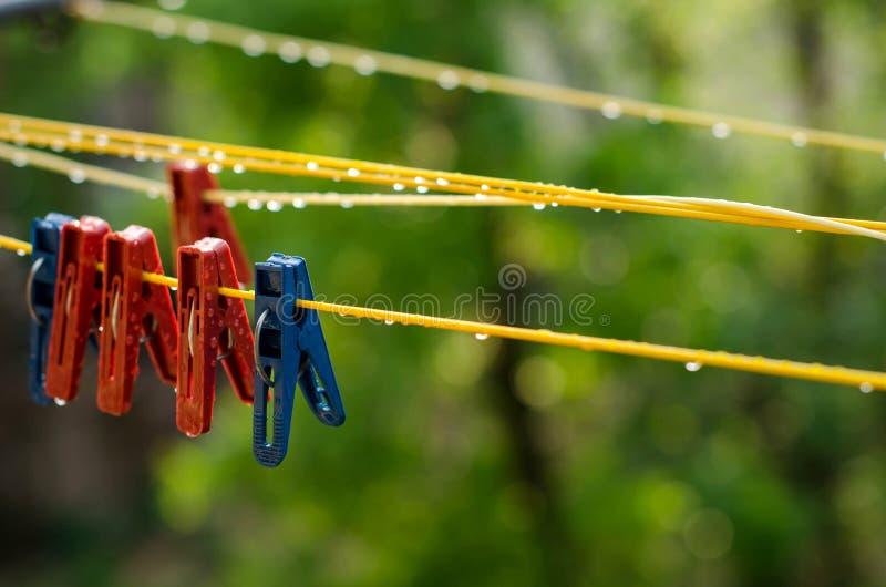 Зажимки для белья на веревке для белья стоковое изображение rf