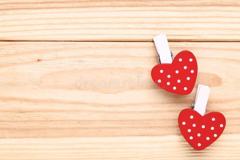 Зажимки для белья с красными сердцами стоковое фото rf