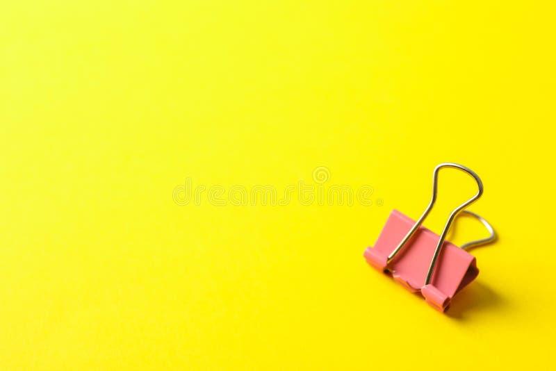 Зажим на предпосылке цвета стоковые фотографии rf