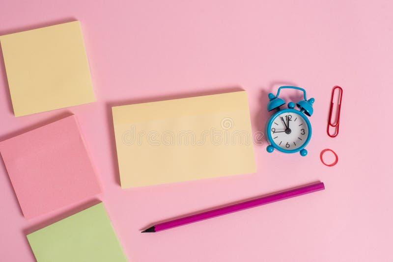 Зажим пробуждения будильника ручки отметки круглой резинкы сообщения 4 multicolor пустой блокнотов небольшой покрасил предпосылку стоковое изображение rf
