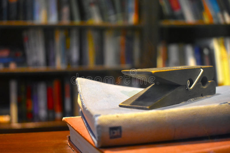 Зажим тимберса на старой книге стоковые фото