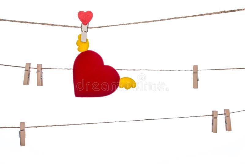 Зажим формы сердца на шпагате, вися подгоняет сердце стоковое фото rf