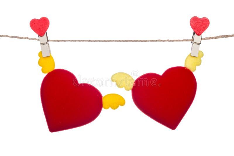 Зажим формы сердца на шпагате, вися подгоняет сердце стоковые фотографии rf