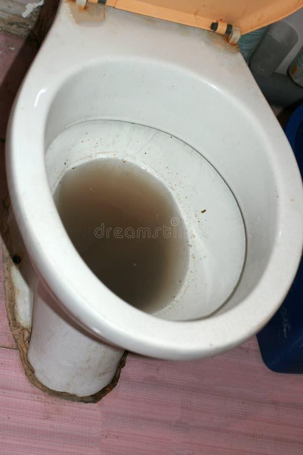 Зазор в туалете Грязная вода в туалете стоковое изображение rf